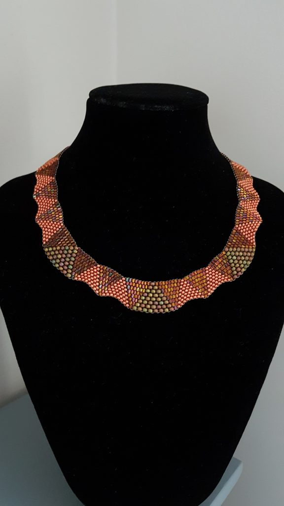 collier orange et bronze irrisé